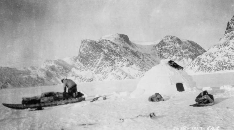 Eskimo construisant un igloo